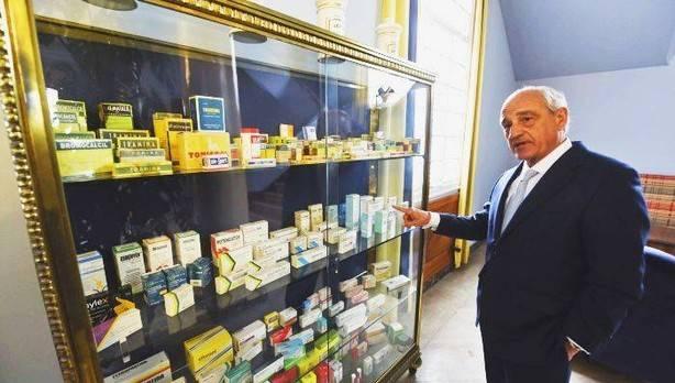 Mariano Ucar presentando productos fabricados y comercializados por FAES FARMA