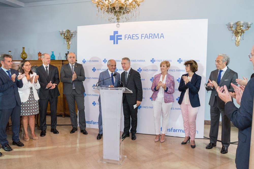 Imagen del lehendakari Urkullu con el presidente de FAES FARMA